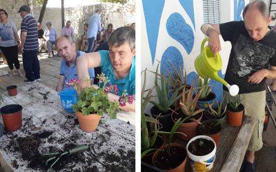 El equipo técnico, junto con los usuarios del Centro, crean un jardín terapéutico.