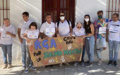 Los usuarios  participan en la I Marcha Pro Día de la Salud Mental en el municipio vecino de Beas.