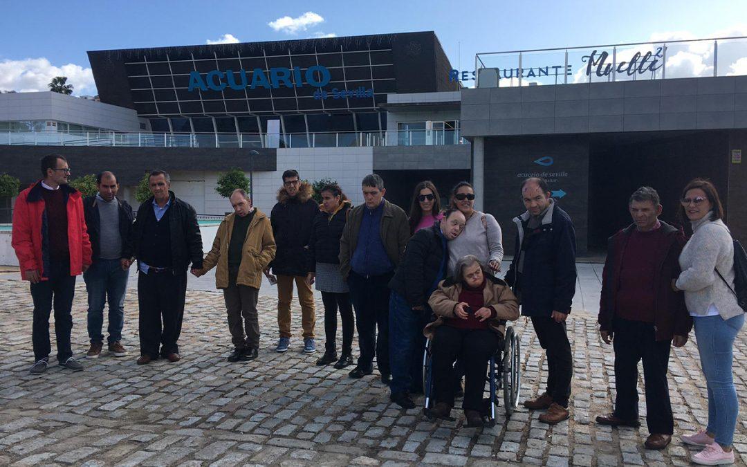 Visita de la Residencia de Gravemente Afectados 'El Cristo Roto' al Acuario de la capital hispalense