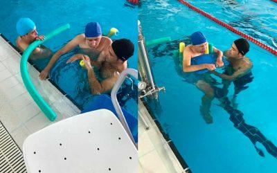 La Residencia de Gravemente Afectados 'El Cristo Roto' realiza actividades de hidroterapia en la piscina del polideportivo 'Andrés Estrada' de Huelva capital